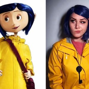 Cosplay Coraline with a yellow jacket and blue wig.